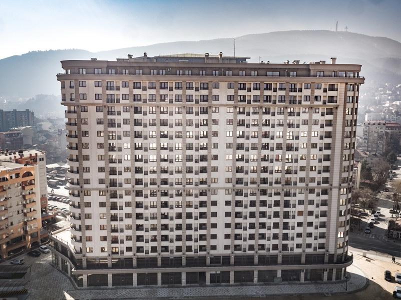 Adora Flatiron - станбен објект во Скопје, поставена е пвц столарија од профилот РЕХАУ ГЕНЕО боја златен даб
